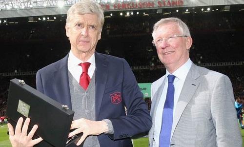 Ferguson tặng quà cho Wenger một tuần trước khi lên bàn mổ. Ảnh: Reuters.