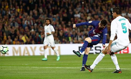 Messi tung cú sút chân trái đưa bóng vào lưới Real trong trận El Clasico. Ảnh: Reuters