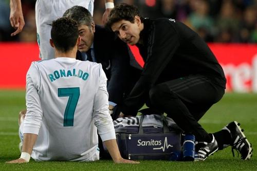 Ronaldo phải nhờ tới sự trợ giúp của bác sĩ trong hiệp một. Ảnh: Reuters.