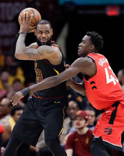 LeBron James (trái) và Cavaliers chưa bao giờ gặp khó khăn khi đối đầu với Toronto Raptors tại play-off. Ảnh: AP.