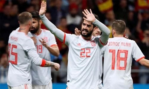 Isco (số 22) và Ramos (15) đều là xương sống của tuyển Tây Ban Nha. Ảnh: Reuters