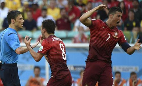 Ronaldo mất bình tĩnh sau một quyết định của Mazic ở World Cup 2014. Ảnh: Reuters