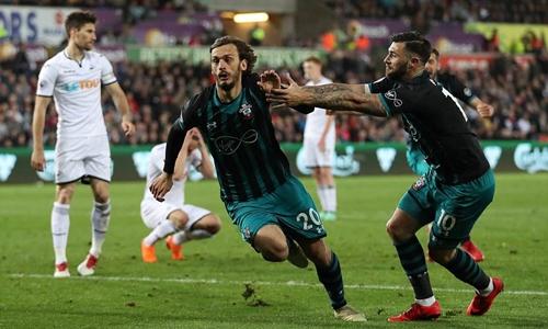 Gabbiadini mừng bàn thắng cùng đồng đội. Ảnh: Reuters.