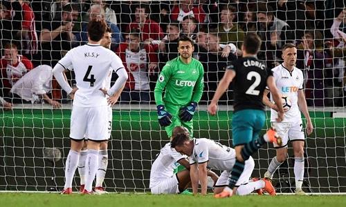 Swansea chính thức xuống hạng sau trận thua Southampton. Ảnh: Reuters.