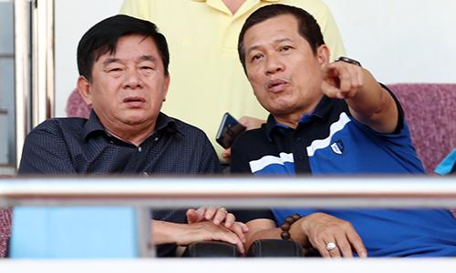 Ông Dương Văn Hiền (phải) là người nắm quyền phân công trọng tài ở V-League.