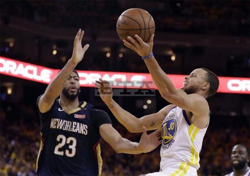 Stephen Curry (áo trắng, 28 điểm) là nhân vật chính trong chiến thắng quyết định của Warriors trước Pelicans. Ảnh: AP.