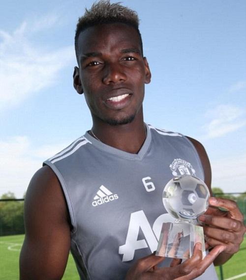 Pogba cùng giải thưởng cầu thủ hay nhất tháng của Man Utd. Ảnh: Man Utd.
