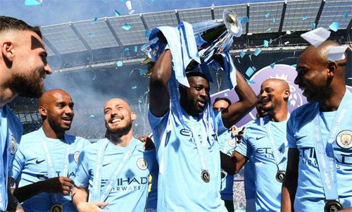 Yaya Toure (nâng Cup) là một huyền thoại của Man City. Ảnh: Reuters