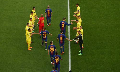 Các cầu thủ Villarreal xếp hàng chào đón tân vương Barca. Ảnh: Reuters.
