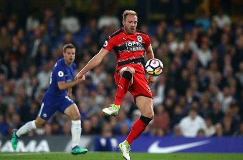 ... trọng tài không cắt còi và chân sút Huddersfield dễ dàng đưa bóng vào lưới trống. Ảnh: Reuters.