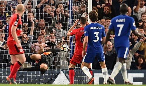 Alonso gỡ hòa may mắn cho Chelsea. Ảnh: AFP.