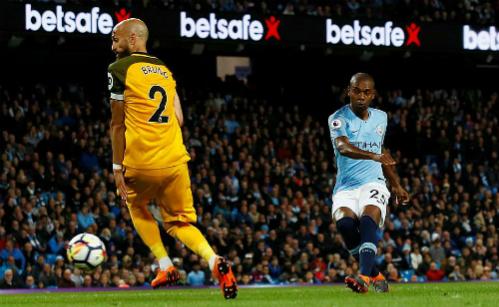 Fernandinho ghi bàn ấn định tỷ số cho Man City. Ảnh:Reuters.