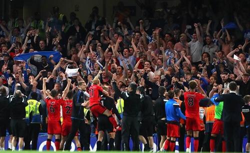 Niềm vui của Huddersfield khi trụ hạng thành công. Ảnh: PA.