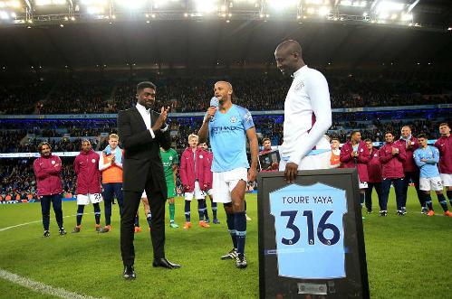 Yaya Toure nhận áo vinh danh cho 316 trận mà cầu thủ này chơi cho Man City từ năm 2010 từ tay người anh trai Kolo Toure. Ảnh:AFP.