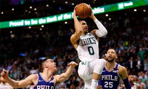 Tài năng trẻ Jayson Tatum (áo trắng) ghi 25 điểm, góp công lớn vào chiến thắng quyết định của Celtics. Ảnh: Yahoo.