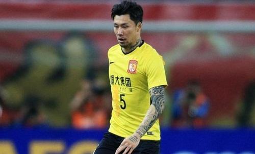 Zhang Linpeng phải mặc chiếc áo số 15, bị dán mất số 1, của đồng đội. Ảnh: AFP.