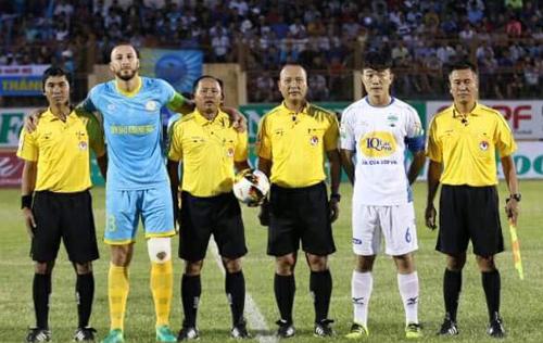 Trọng tài Nguyễn Văn Kiên (thứ ba từ phải sang) chỉ là một trong rất nhiều vấn đề liên quan đến công tác cầm còi ở V-League mùa giải năm nay.