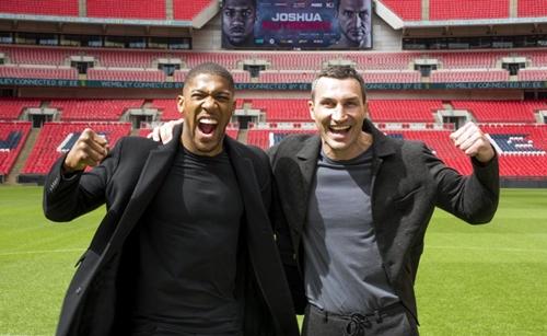 Joshua gặpKlitschko hồi tháng 4/2018 tại sân Wembley. Ảnh: PA.