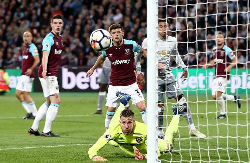 Thủ môn Adrian cản phá một pha dứt điểm bên phía Man Utd. Ảnh:Rex.