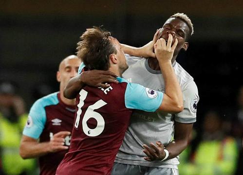 Hai cầu thủ lao vào ẩu đả với nhau là diễn biến nổi bật nhất của trận đấu. Ảnh:Reuters.