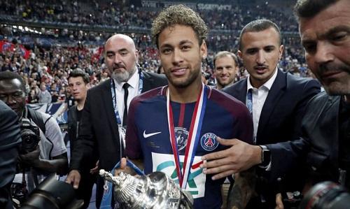 Neymar với chiếc cup Quốc gia Pháp. Ảnh: EFE.