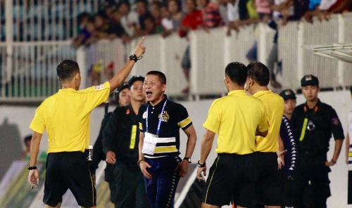 HLV Chu Đình Nghiêm nổi giận vì công tác trọng tài. Ảnh: Hùng Linh.