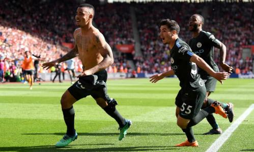 Jesus cởi áo vui mừng sau bàn thắng đưa Man City đi vào lịch sử. Ảnh:AFP.