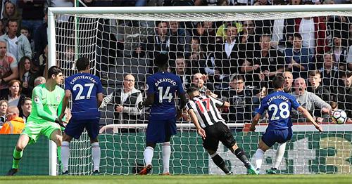 Hàng thủ Chelsea chơi như mộng du trong các bàn thua. Ảnh: Reuters.