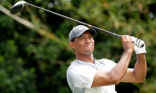Tiger Woods cùng Jordan Spieth chơi những vòng golf hay nhất từ đầu năm với 65 gậy nhưng vẫn khó cạnh tranh chức vô địch. Ảnh: AP.