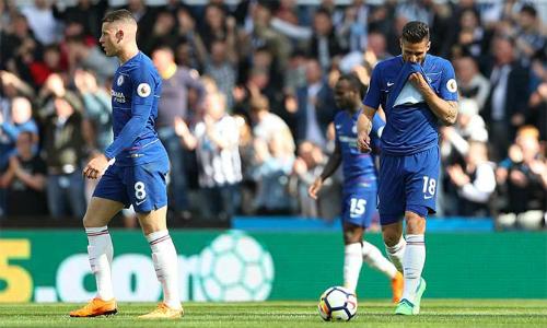 Một năm sau khi nâng Cup vô địch, Chelsea kết thúc mùa giải Ngoại hạng Anh trong tư thế cúi đầu. Ảnh: Reuters.