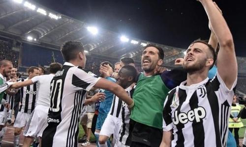 Buffon cùng đồng đội mừng Scudetto thứ bảy liên tiếp. Ảnh: Reuters.