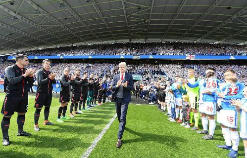 Wenger rảo bước vào sân, trong trận đấu cuối cùng với Arsenal.