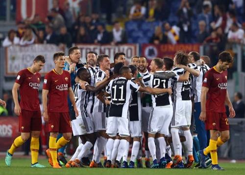 Roma nhìn đối thủ lên ngôi ngay tại sân Olimpico. Ảnh: AFP.