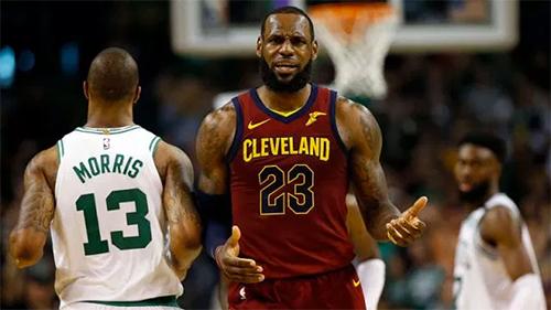 LeBron James cần tìm ra cách vượt qua lối kèm rát của hàng thủ Celtics, nếu không muốn series tuột khỏi tầm tay Cavaliers. Ảnh: USA Today.