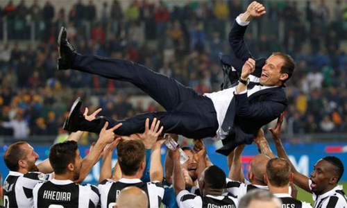 Allegri được học trò tung hô sau khi giúp Juventus lần thứ 7 liên tiếp vô địch Serie A. Ảnh: Reuters.
