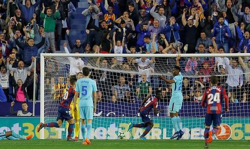 Barca thua trên sân Levante ở vòng 37 La Liga. Ảnh: Reuters.