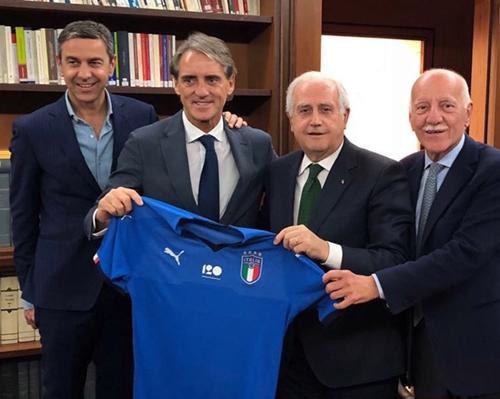 Mancini cùng các thành viên của FIGC. Ảnh: Twitter.