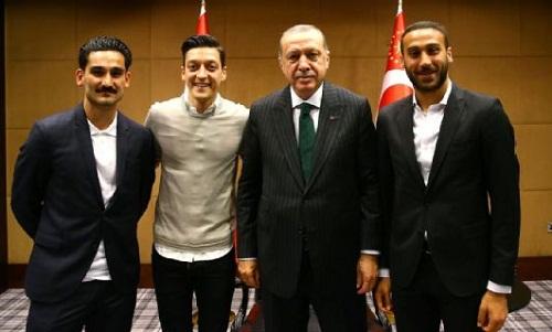Gundogan, Ozil và Tosun chụp ảnh cùng tổng thống Erdogan. Ảnh: Anadolu.