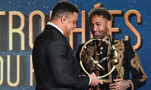 Ronaldo trao giải thưởng Cầu thủ hay nhất Ligue 1 cho Neymar. Ảnh: AP.