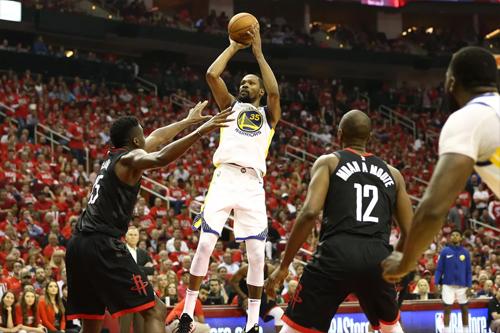 Không cầu thủ phòng ngự nào của Rockets phong tỏa được những cú ném tầm trung của Kevin Durant (trắng). Ảnh: USA Today.
