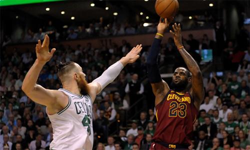 LeBron James ghi 42 điểm ở game 2, gần gấp ba lần số điểm anh ghi trong game 1 với Celtics (15 điểm). Ảnh: USA Today.
