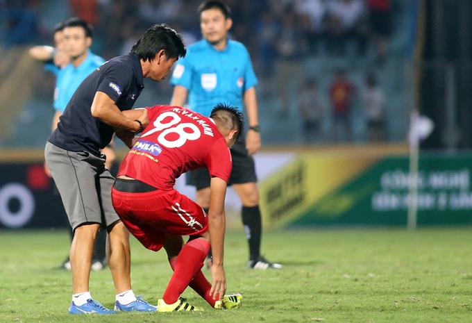 Cầu thủ HAGL đổ sụp khi bị Hà Nội loại khỏi Cup Quốc gia
