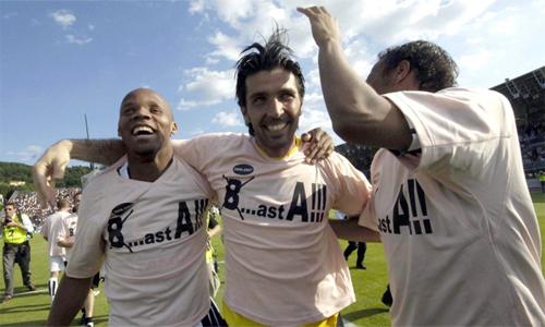Buffon không có gốc gác Torino, nhưng anh được các CĐV Juventus xem như biểu tượng của CLB vì lòng trung thành. Anh chấp nhận đi cùng Juventus qua thời kỳ đen tối nhất, khi CLB bị đày xuống Serie B trong vụ bê bối Calciopoli hè 2006, và giành quyền thăng hạng, trở lại Serie A chỉ sau một năm.