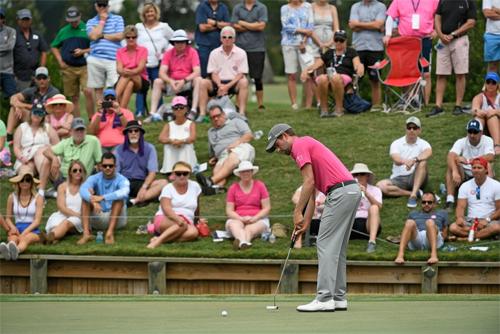 Động tác gạt mới giúp Simpson thi đấu hiệu quả hơn trong hai năm trở lại đây. Ảnh: PGA Tour.