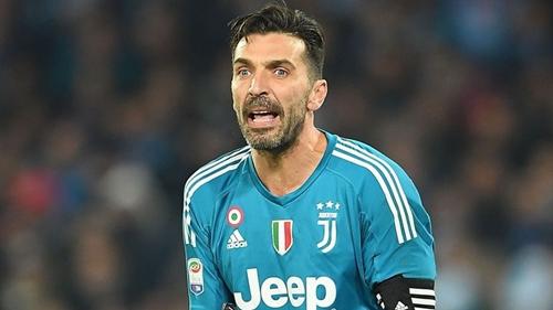 Buffon chia tay Juventus sau 17 năm gắn bó. Ảnh: Reuters.
