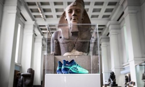 Đôi giày của Salah xuất hiện trong viện bảo tàng. Ảnh: PA.