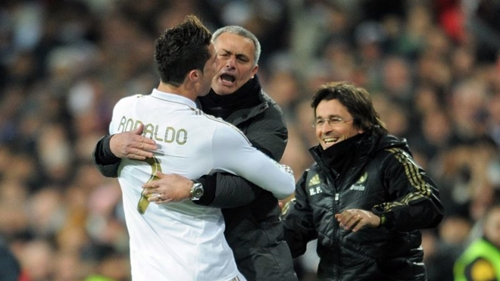 Mourinho và Ronaldo rất thân thiết trong ba năm ở Real. Ảnh: Reuters.