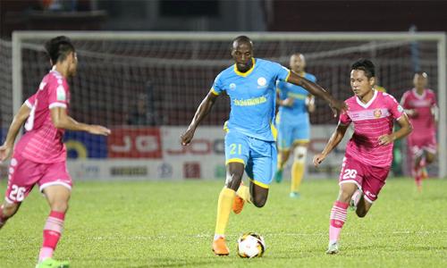 Khánh Hoà (áo xanh) xứng đáng có điểm vì sự kiên trì và nỗ lực đến tận những giây cuối cùng. Ảnh: Đông Huyền.