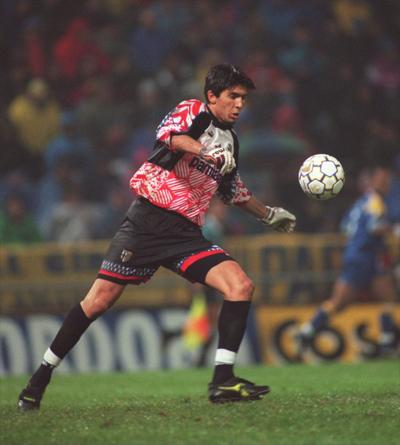 Buffon thành danh từ khi chưa tròn 18 tuổi. Ảnh: Allsports.