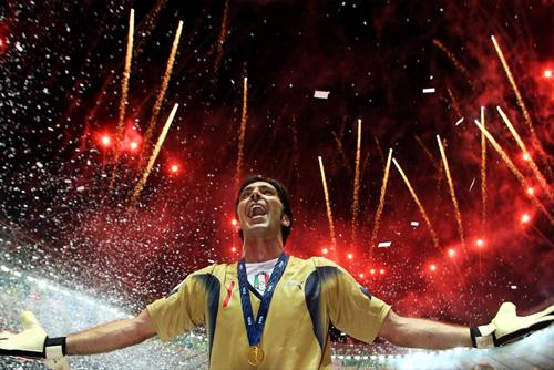 Chức vô địch World Cup 2006 là đỉnh cao nhất trong sự nghiệp của Buffon. Ảnh: DPA.